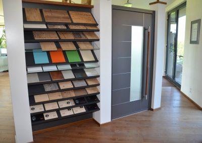 Ein moderner Ausstellungsraum mit verschiedenen Materialien